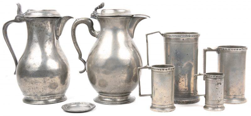 Een lot tin, bestaande uit vier maatbekers, een klein schoteltje en twee klepkannen.