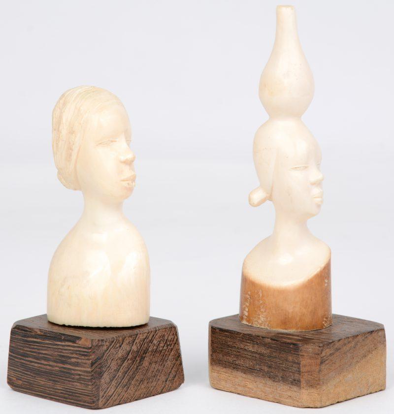 Twee kleine bustes van gebeeldhouwd ivoor. Afrikaans werk, omstreeks 1900.