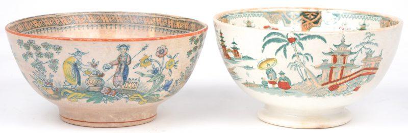 Twee kommen van Europees aardewerk met een meerkleurig Chinees decor.
