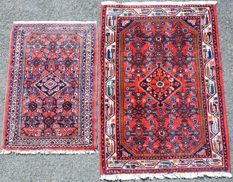 Een paar handgeknoopte Oosterse karpetjes van wol.