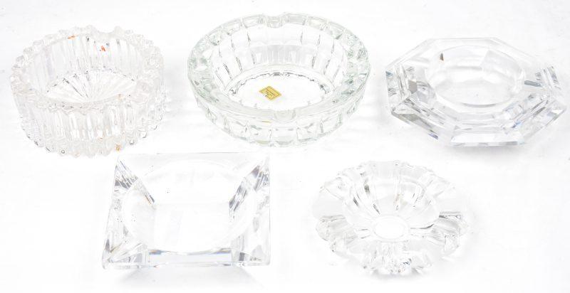 Een lot van vijf verschillende asbakken van geslepen kleurloos kristal, waarbij één van Val St. Lambert.