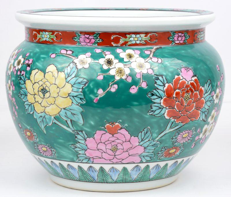 Een cachepot van Japans porselein met een meerkleurig decor van goudfazanten en bloeiende struiken.