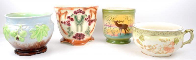 Een lot van drie cachepots en een kamerpot van meerkleurig aardewerk, waarbij Belgisch werk en met diverse decors.
