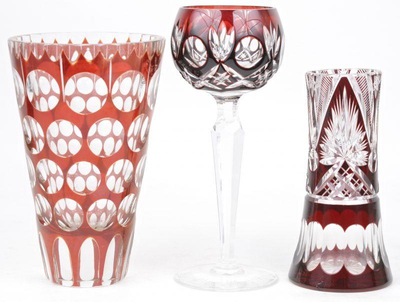 Een lotje geslepen rood Boheems kristal, bestaande uit twee verschillende vaasjes en een glas.