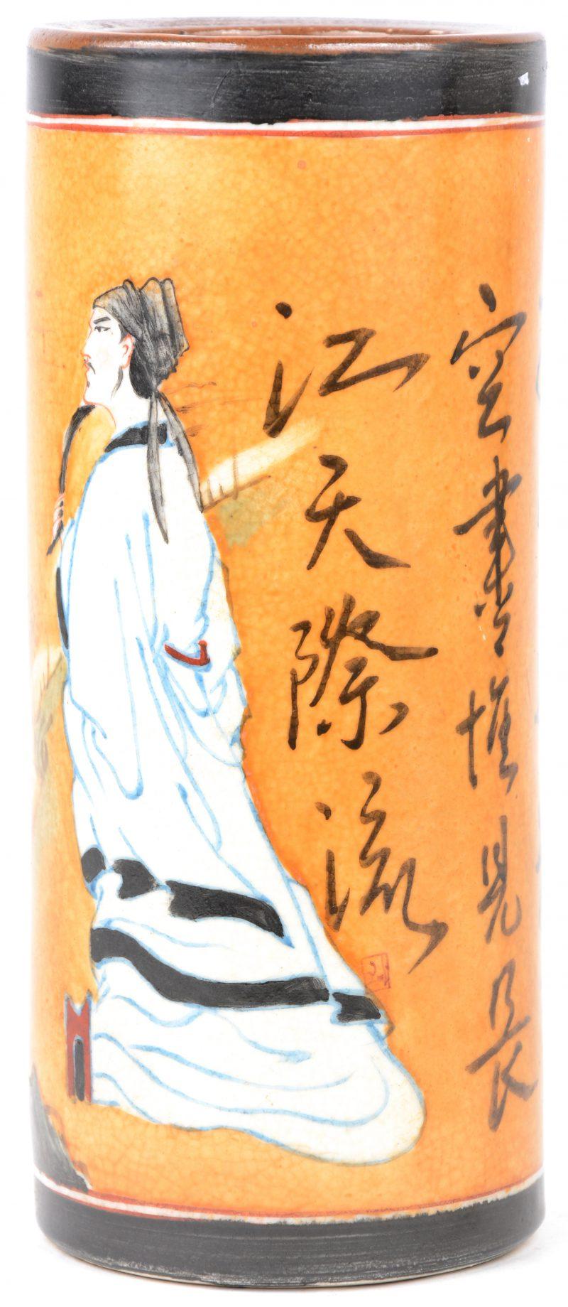 Een penseelkoker van Chinees aardewerk. Onderaan gemerkt.