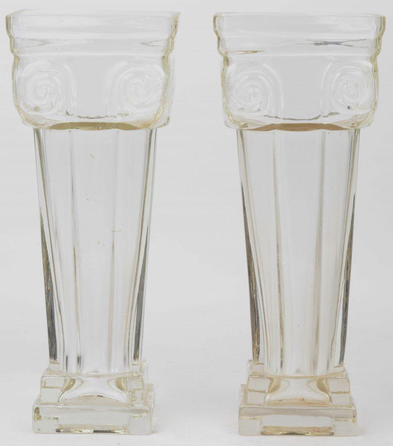 Een paar zuilvormige glazen vazen. Gaaf.