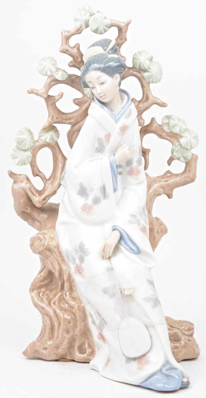 Een geisha. Porseleinen beeldje. Onderaan gemerkt. Letsel aan een hand.