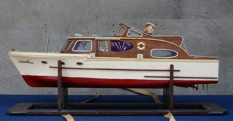 """""""Catalina"""". Een modelboot met elektromotor. Schade."""