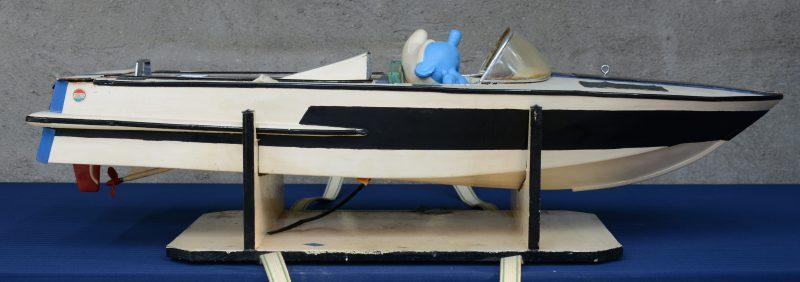 Een modelboot met elektromotor. Schade.