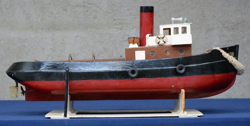 """""""Titan"""". Een modelboot met elektromotor."""