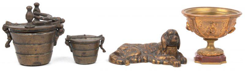 Een lot brons, bestaande uit twee setjes met gewichten, een inktpot in de vorm van een liggende hond en een bekertje.