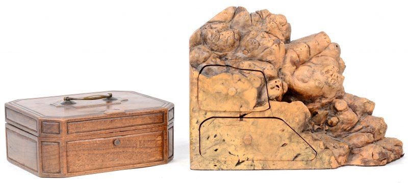 Twee houten doosjes, waarbij één met een deksel en het andere gemaakt uit notenwortelhout met twee kleine lades.