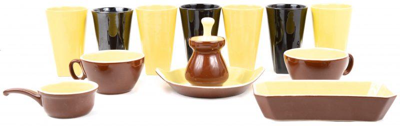 Een lot aardewerk, bestaande uit een set van vier gele en drie zwarte bekers, twee kopjes, een bakje,een schoteltje, een honingpot en een pannetje.