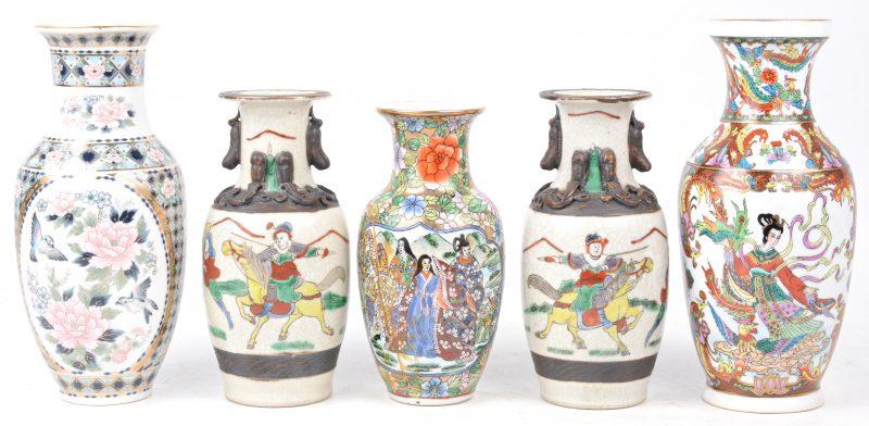 Een lot van vijf kleine vaasjes waaronder een paar van Nankin-aardewerk, twee van Chinees en één van Japans porselein.