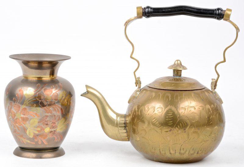 Een vaasje en een theepotje van koper.