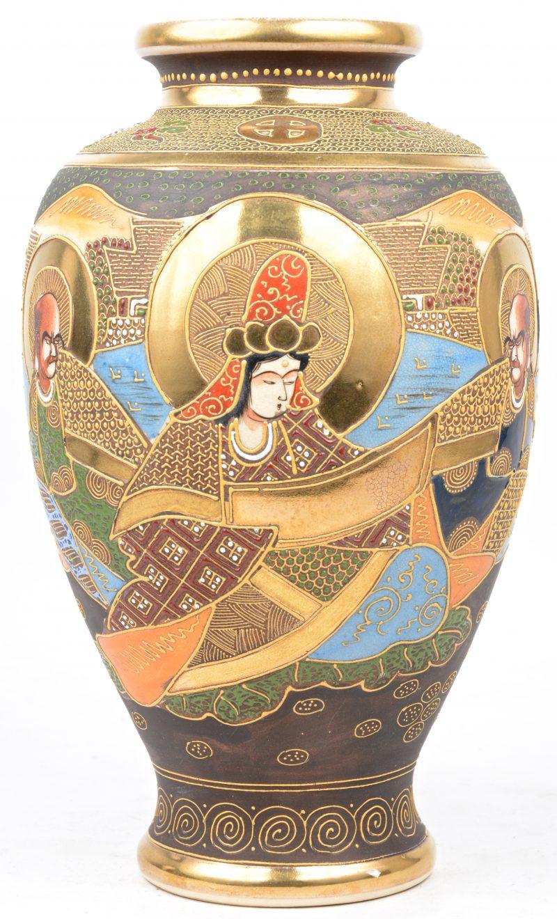 Een vaas van Satsuma-aardewerk. Onderaan gemerkt.