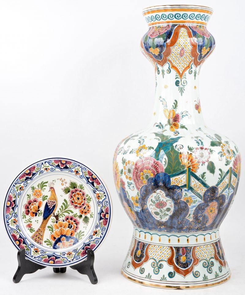 Een grote knobbelvaas en een klein bordje van meerkleurig Delfts aardewerk. Beide gemerkt.