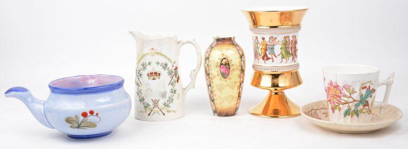 Een lot aardewerk en porselein, bestaande uit een klein vaasje met bloemendecor, een deels verguld Italiaans siervaasje op voet, een kop met schoteltje van Maastricht (haarscheur), een kannetje van Baudour (haarscheur) en een schenkpotje van Schramberg.