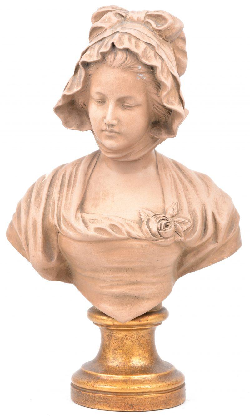 Een vrouwenbuste van bruingepatineerd wit terracotta. Gesigneerd. Kleine schade aan het patina.