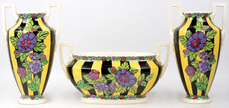 Driedelig kaststel van veelkleurig aardewerk. Onderaan gemerkt.