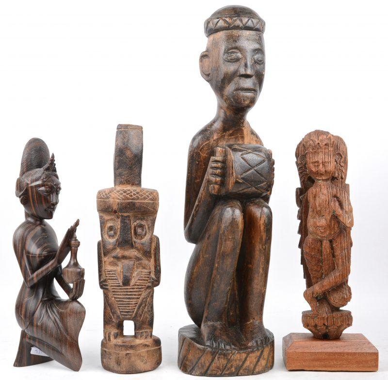 Vier stuks Aziatisch en Afrikaans houtsnijwerk.