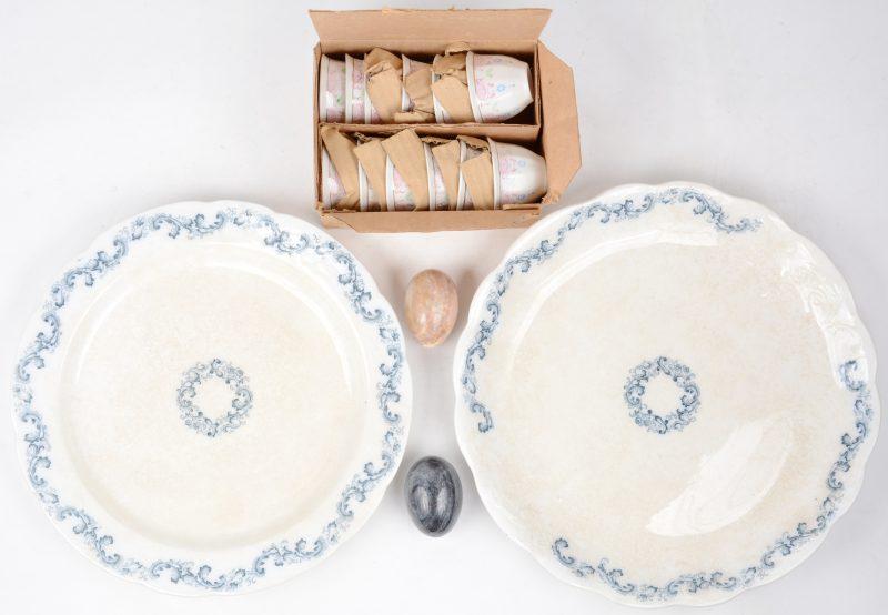 Een lot varia, bestaande uit twee Engelse aardewerken schotels, twee minerale eieren en twaalf porseleinen kopjes.