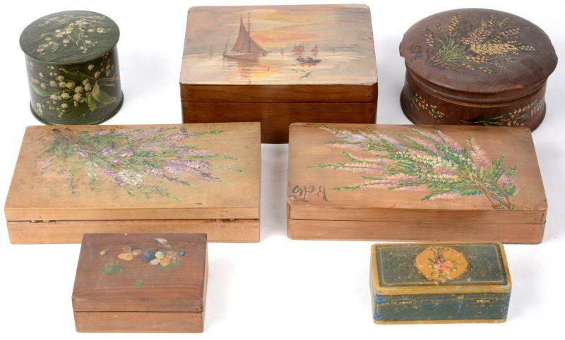 Een lot van zeven handbeschilderde doosjes in 'Bois de Spa'. Eind XIXe eeuw.