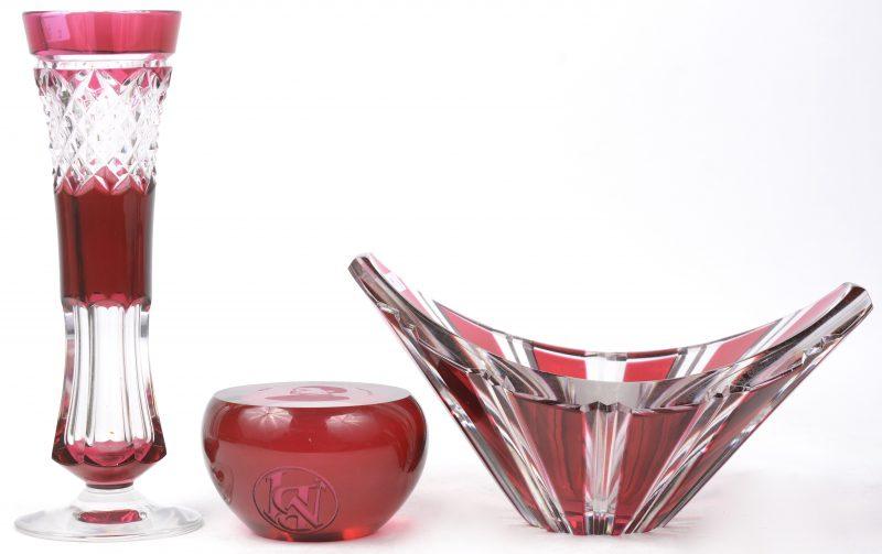 Een lot van drie kristallen voorwerpen, rood gekleurd in de massa, bestaande uit een presse-papier, een soliflore en een schaaltje. Allen gemerkt.
