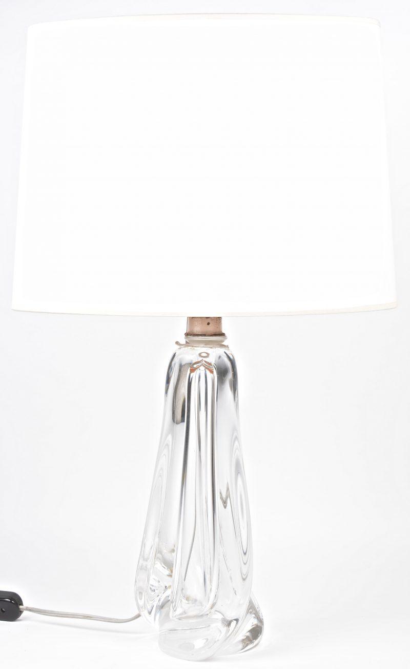 Een lampvoet van kleurloos kristal. Gemerkt.