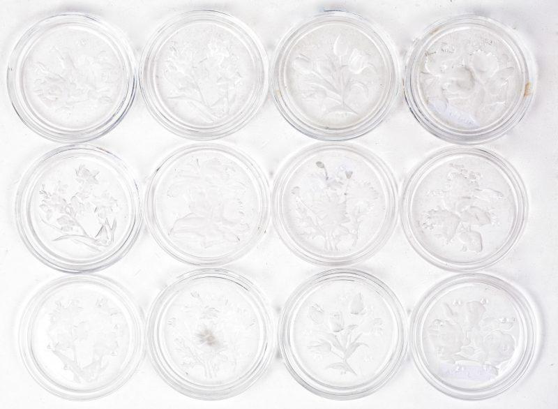Een reeks van twaalf kleurloos kristallen onderzetters met gesatineerde bloemendecors. Gemerkt.