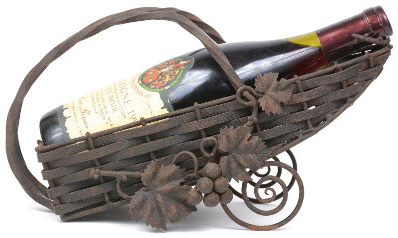 Een smeedijzeren wijnhouder, versierd met druivenranken.