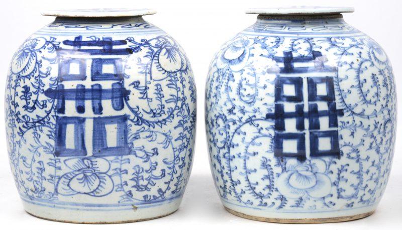 Een paar gemberpotten van blauw en wit Chinees porselein met een vegetaal decor en met langlevenstekens.