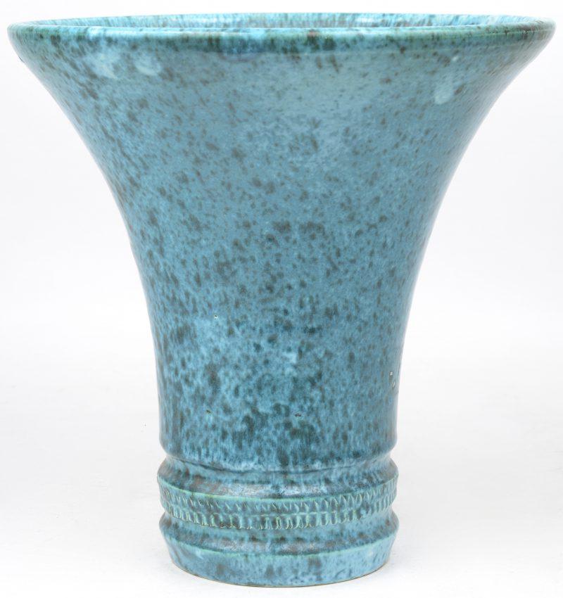Een schemerlamp van aardewerk met blauw glazuur.