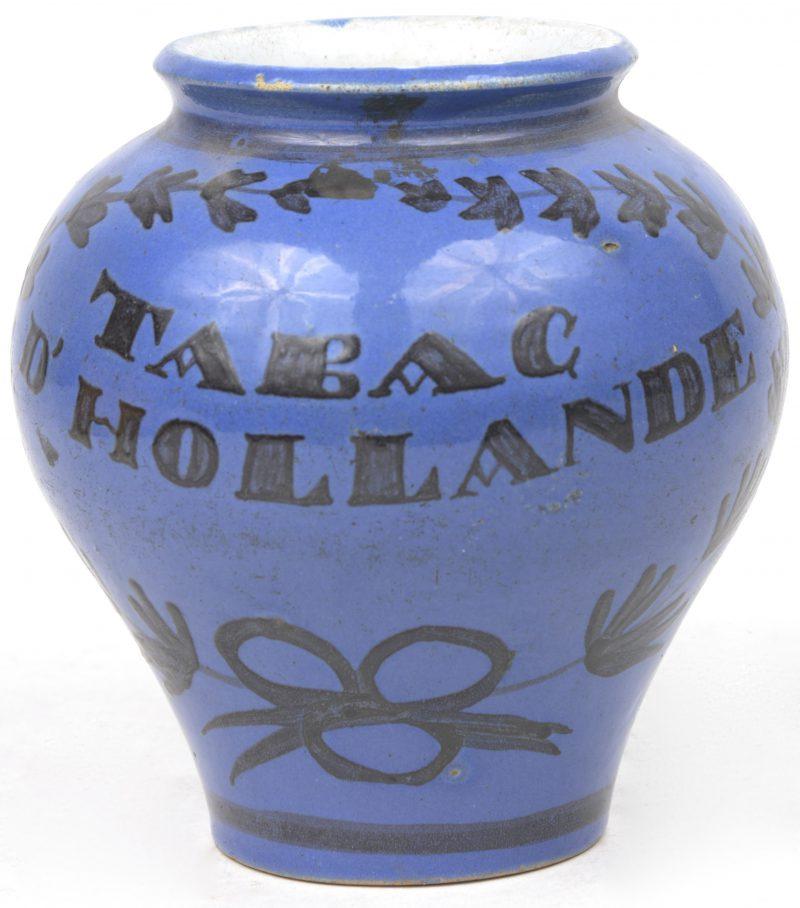 Een kleine tabakspot van blauw geglazuurd aardewerk. Zonder deksel.