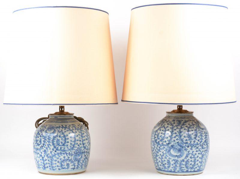 Twee gemberpotten met een blauw op wit floraal decor, gemonteerd als lampen.