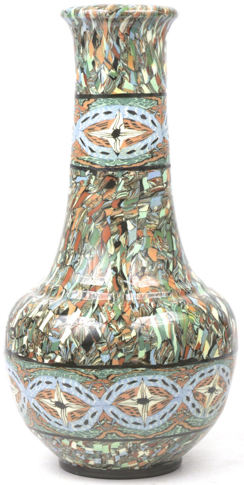 Een beschilderde Gerbino Valains vaas.