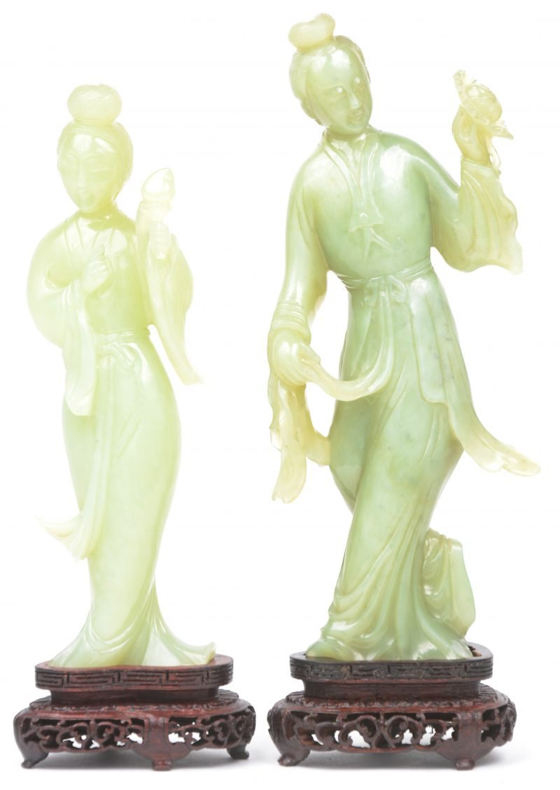 Twee geisha's van gesculpteerd jade. Op houten sokkeltjes.