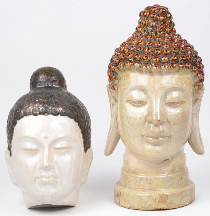 Twee verchillende Boeddhahoofden van geglazuurd aardewerk.