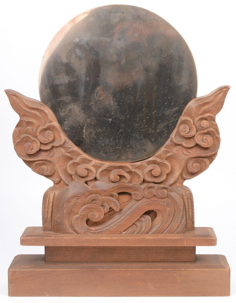 Een Japanse tafelspiegel in gebeeldhouwd houten houder. Achteraan met opschriften.