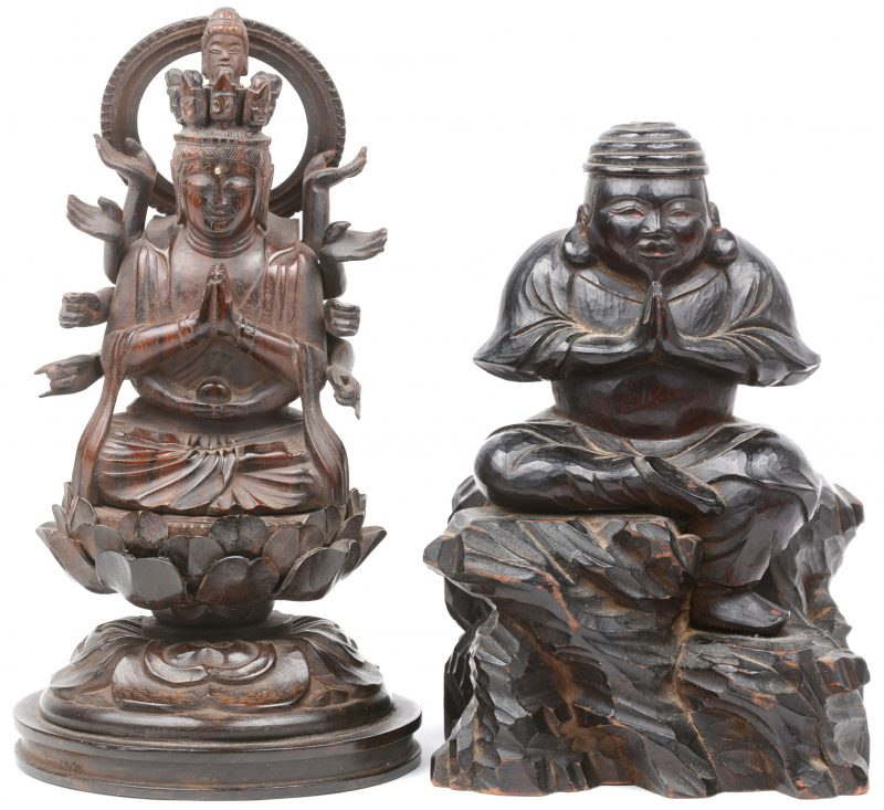Twee voorstellingen van Boeddha van gebeeldhouwd hout.