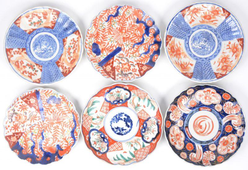 Een lot van zes borden van Imariporselein, waarbij twee paar en twee enkele.