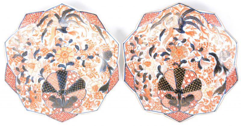 Een paar borden van Imariporselein met gehoekte rand en versierd met een decor van bloemen.
