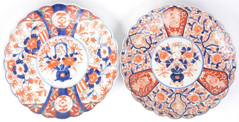 Twee schotels van Imariporselein met gekartelde rand, versierd met bloemendecors.