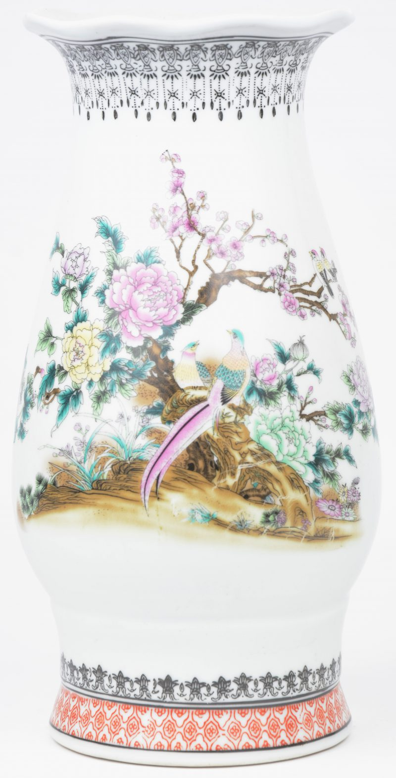 Een recente vaas van Chinees porselein met een meerkleurig decor van fazanten op een bloeiende struik. Onderaan gemerkt.