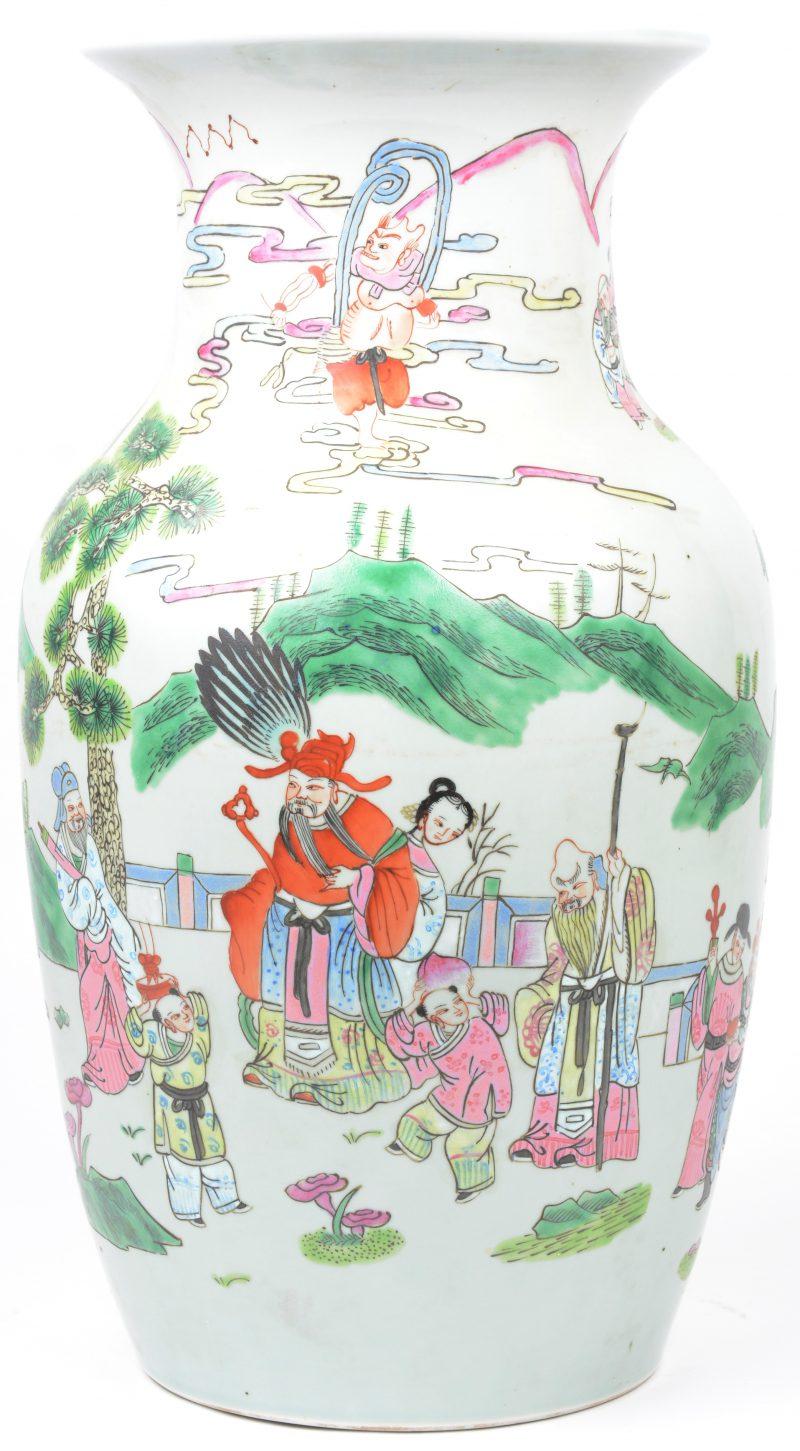 Een balustervaas van Chinees porselein met een meerkleurig decor van talrijke personages. Onderaan gemerkt. Kleine haarscheur centraal op de buik.