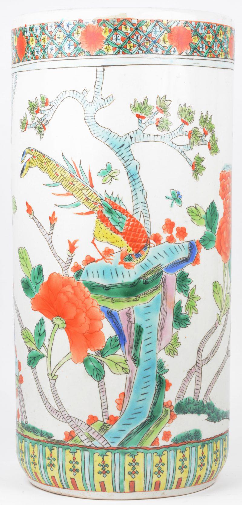 Een kokervaas van Chinees porselein met een meerkleurig decor van fazanten en pioenen. Onderaan gemerkt.