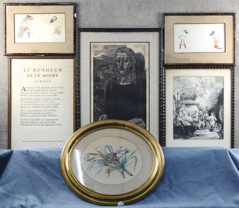 """Een lot prenten en gravures:- """"Vogelnestje"""". Zeefdruk. Gesigneerd I.W. Van Delden.- """"Het sterfbed van Maria"""". Reproductie van een gravure van Rembrandt.- Albert Decaris (1901-1988). """"Avant lettre"""". Gravure. Gesigneerd en genummerd 38/100 buiten de plaat.- Christophe Plantin. """"Le Bonheur de ce Monde, Sonnet"""". Met reliëfmerk van het museum.- Twee aquarellen met ontwerpen voor wajangpoppen. Gesigneerd."""