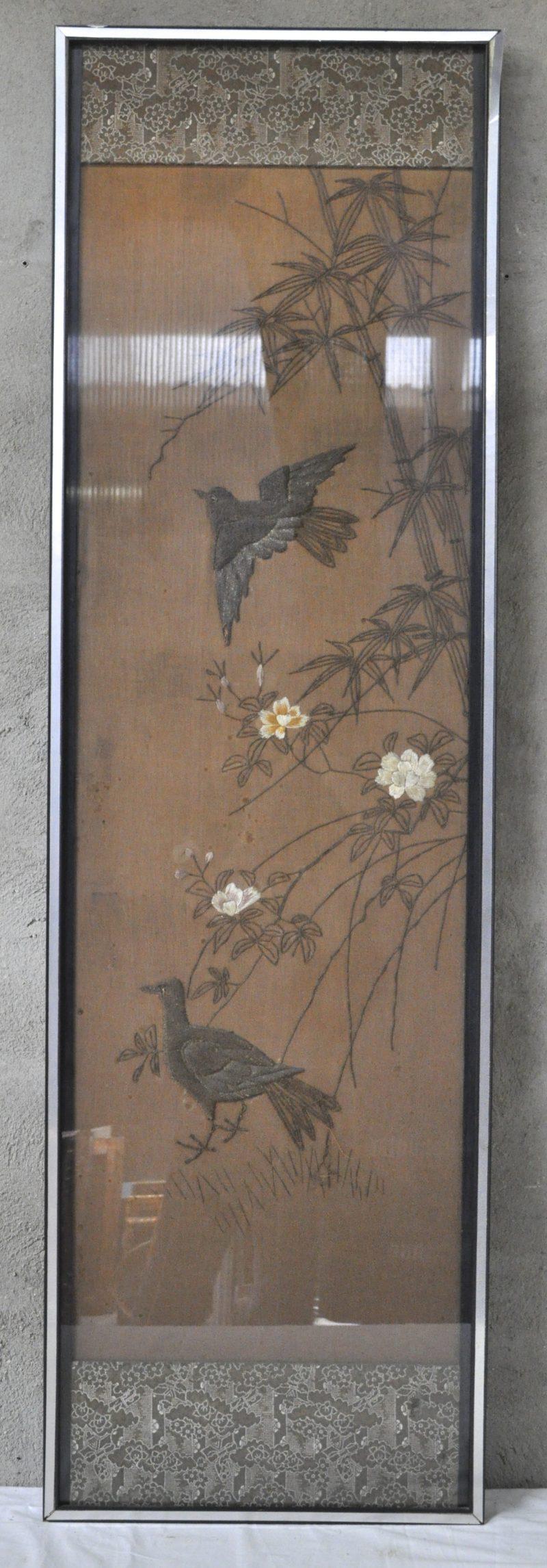 Langwerpig Chinees borduurwerk met vogels en planten. Ingelijst.