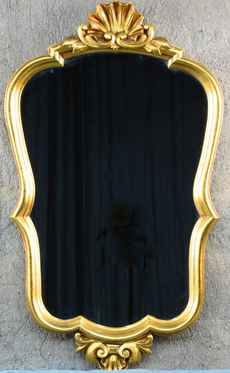 Een spiegel van verguld hout.