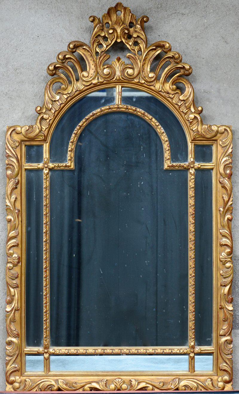 Een spiegel van gesculpteerd en verguld hout.